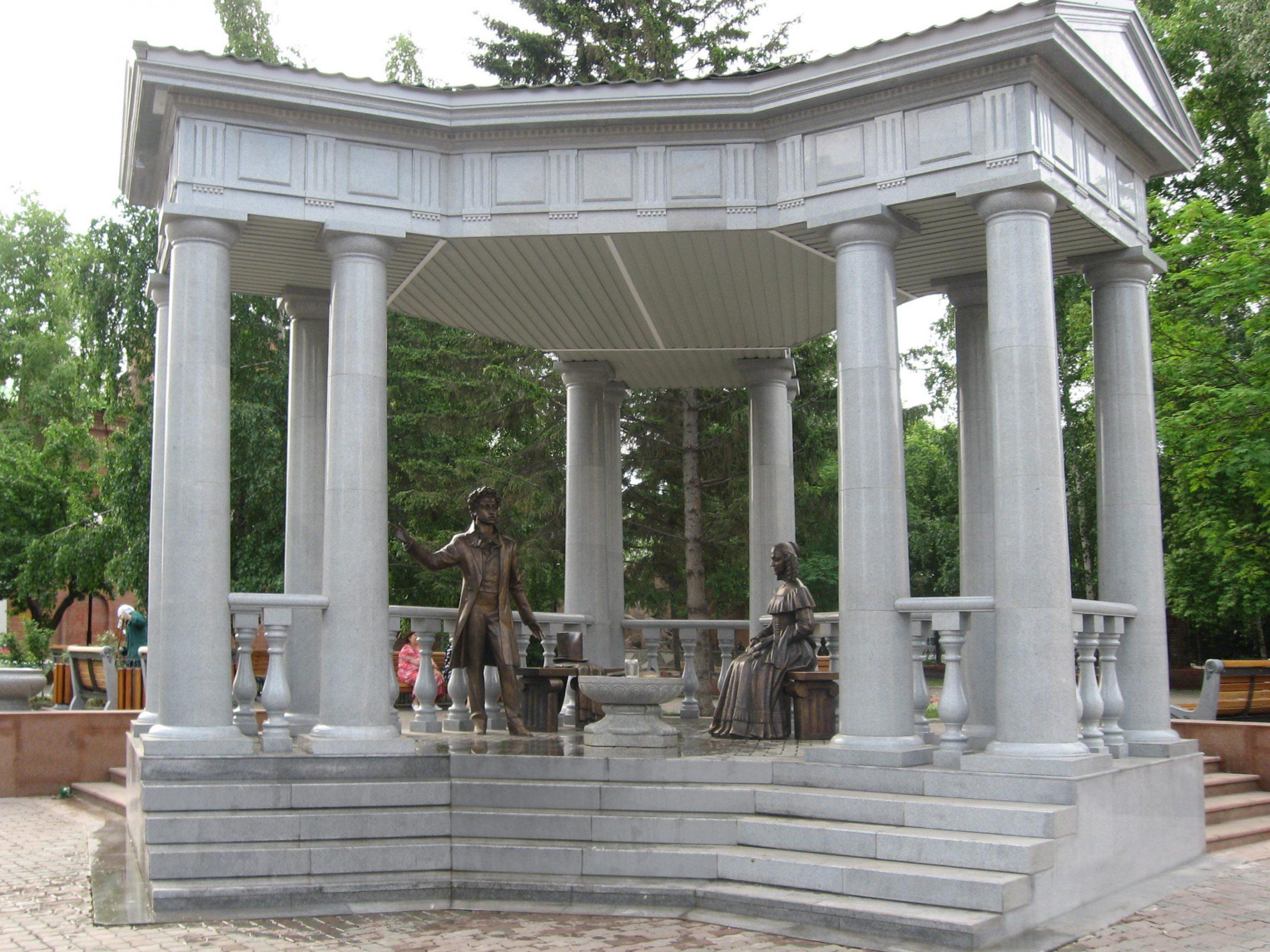 монумент Пушкин и Натали в Пушкинском сквере Красноярска