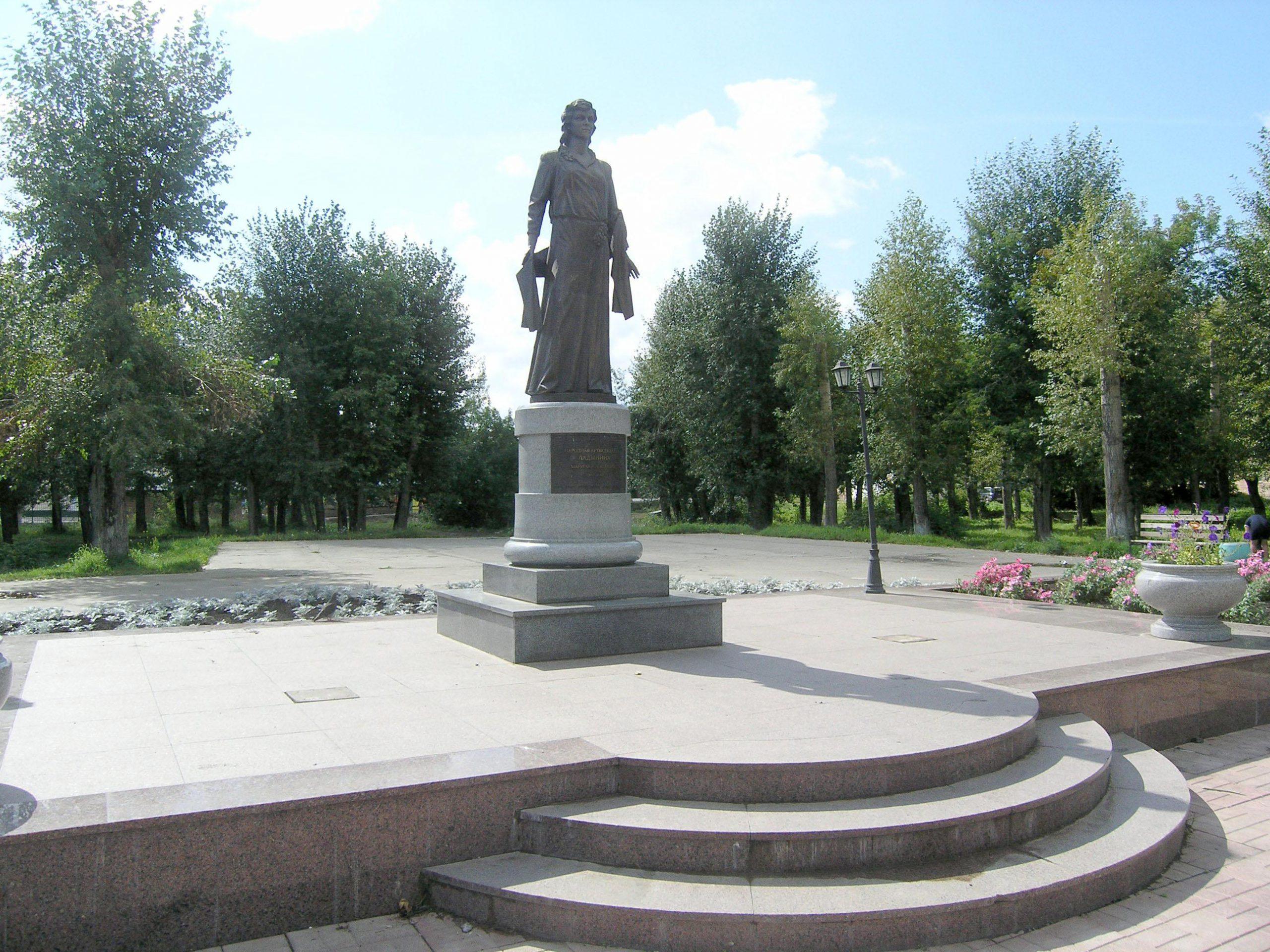 Памятник Ладыниной в Назарово Красноярского края