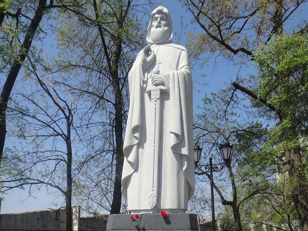 Памятник святому Илье Муромскому Печерскому во Владивостоке